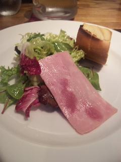 野菜サラダとハムとパン